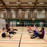 L'équipe de volley assis s'entraine à Mimoun en se faisant des passes